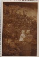 Foto Deutscher Soldat Mit Kleinkind -  2. WK - 8*5,5cm (44190) - Krieg, Militär
