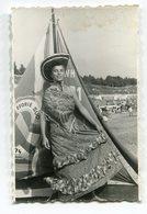 PHOTO ORIGINALE , Souvenir , Femme Déguisé Et Barque , Dim. 6.0 X 9.0 Cm - Personnes Anonymes
