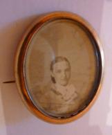 Broche Ovale Médaillon, Dos En Nacre, Verre Biseauté, Fin 19éme Début 20éme - Photo Femme. 4.5 Cm X 3.5 Cm - Broches