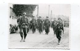 Photo Originale  Format : 117*86 Mm  Militaires Soldats Allemands Et Prisonniers   A VOIR  !!! - Guerre, Militaire
