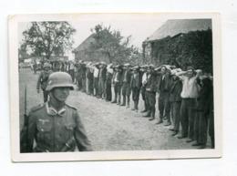 Photo Originale  Format : 90*63 Mm  Militaires Soldats Allemands Et Prisonniers   A VOIR  !!! - Guerre, Militaire