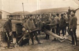 CPA PHOTO MILITARIA A IDENTIFIER - SOLDATS DEVANT LES CANONS - Ausrüstung