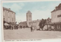 Gourdon  46   La Place Du 4 Septembre Tres Tres Animée Et Eglise Des Cordeliers Et Café DIVAN - Gourdon