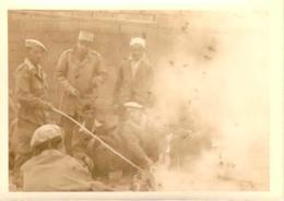 Photo Militaria - Guerre D'Algérie, Militaire Français Et Harkis Lors Du Méchoui - Guerra, Militares