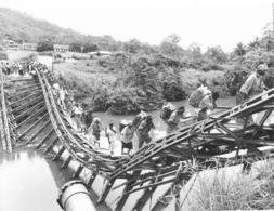 Photo Cameroun. Widikum File De Porteurs Vendeurs Sur Une Passerelle Effondrée Photo Vivant Univers 2000 - Afrique