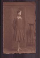 Photo ( 14 X 9 Cm ) Femme Debout à Côté D'une Sellette - Personnes Anonymes