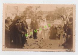 PHOTO - 33 - ARCACHON - MOULS - HAIE D'HONNEUR POUR UN COULE DE MARIES - VOIR VILLAS EN ARRIERE PLAN - Personnes Anonymes