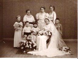 Mariée Assise Entourée De Ses Demoiselles D'Honneur Et D'Enfants - Personnes Anonymes