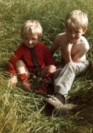 Photo Couleur Originale Un Grand Frère Et Une Petite Soeur Tirant La Langue Dans Les Herbes Folles Vers 1960/70 - Personnes Anonymes