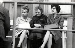 Grande Photo Originale - Trio Féminin Scrutant Et Critiquant L'assemblée Environnante, Des Commères Quoi ! 1970's - Personnes Anonymes