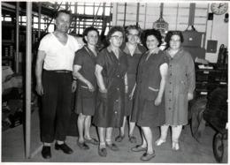Grande Photo Originale Les Bons Travailleurs De L'Usine Pour La Photo Groupe En Allemagne De L'Est - DDR 1970's - Métiers