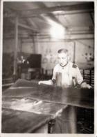Grande Photo Originale Le Métallo Et Sa Plaque De Tôle Avant La Presse Vers 1950/60, Tablier De Cuir & Concentration - Métiers