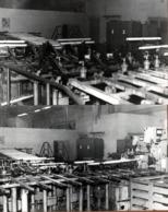 2 Grandes Photos Originales Industrielle La Chaîne Des Néons Lumineux Dans L'Usine Vers 1970 & Son étrange Combinaison - Métiers