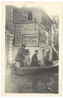 Photo Inondations Avignon , Bateau Dans Une Rue - Lieux