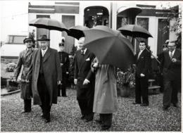 Grande Photo Originale Parapluie - Quand Le Boss Sort De Réunion C'est Tout Le Staff Qui Agite Ses Parapluies Sur Bochum - Personnes Anonymes