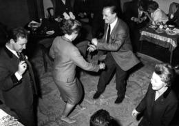 Grande Photo Originale Rigolade & Danse De Salon Genre Twist Vers 1970 Entre Collègue - Grosse Réunion De Travail ! - Personnes Anonymes