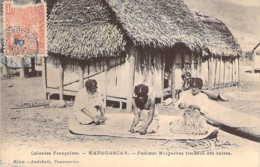 MADAGASCAR Femme Malgaches Tressant Des Nattes - Madagascar
