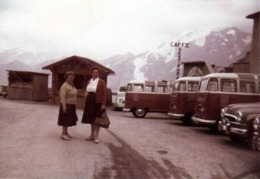 Photo Coul. Originale Alignement De Volkswagen Combi Split, Capote De Toit Repliée, Paré Pour La Route De Montagne 1962 - Automobiles