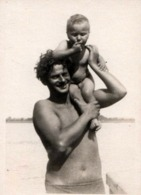 Photo Originale Portrait Père Et Fils Sur L'épaule à La Plage Vers 1960/70 - Personnes Anonymes
