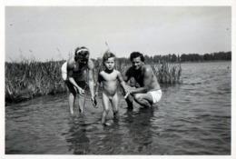Photo Originale Portrait D'une Famille à La Baignade Sauvage Et Roseaux Vers 1950 - Personnes Anonymes
