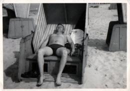 Photo Originale Gay & Playboy Sexy En Mode Sieste Et Farniente En Cabine De Plage En Vue De Face Vers 1960/70 - Personnes Anonymes