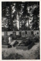 Photo Originale Jeune Femme Se Recueillant Sur Les Tombes Au Cimetière En 1949 - Lieux