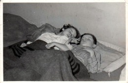 Photo Originale Deux Jeune Enfants Endormis Dans Un Même Lit Sous Des Couvertures Militaires Grises à Bandes Noires 1940 - Personnes Anonymes