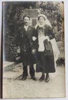 Carte Photo Couple De Mariés Coiffe Costume Photographe Jules Planchais Chatillon Sur Colmont Mayenne - Personnes Anonymes