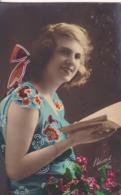 AK Frau In Geblümtem Kleid Mit Buch - Ca. 1920  (44207) - Frauen