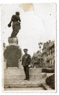 Carte Photo De Panne - Major (voir Nom Au Dos ??) Devant Le Monument Aux Victimes Militaires  - 2 Scans - De Panne