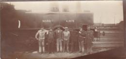 """Photo Ancienne : Locomotive à Vapeur """" NORD """" N° 4.1978  : à Quai Avec Mécaniciens Et Chef De Gare - 12,7cm X 6cm - Eisenbahnen"""