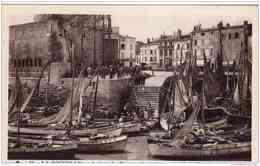 LA ROCHELLE ARRIVEE DES BARQUES DE PECHE AU PIED DE LA TOUR DE LA CHAINE TBE - La Rochelle