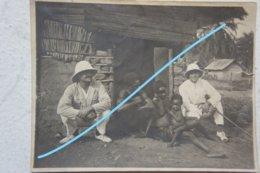 Photo CONGO Kongo Mongo 1925 Famille Au Seuil D'une Maison - Afrika