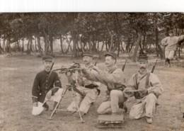 CPA PHOTO    MITRAILLEUSE TRES ANCIENNE AVEC UN GROUPE DE SOLDATS - Equipment