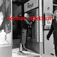 Reproduction D 'une Photographie Ancienne D'une Femme à Un Distributeur De Bas De Nylon Strump Automat Roys De 1956 - Reproducciones