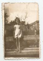 Girl Pose For Photo   Mn64-252 - Persone Anonimi
