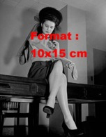 Reproduction D 'une Photographie Ancienne D'une Femme En Jupe Assise Sur Un Bureau Et Regardant Un Bas De Nylon - Reproducciones