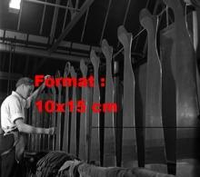 Reproduction D 'une Photographie Ancienne D'un Ouvrier Fabriquant Des Bas De Nylon En 1949 - Reproducciones