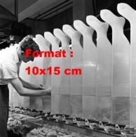 Reproduction D 'une Photographie Ancienne D'un Ouvrier Tirant Des Bas Nylons Sur Des Moules En Usine En 1955 - Reproducciones