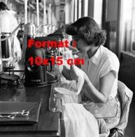 Reproduction D 'une Photographie Ancienne D'une Couturières Sur Machine à Coudre Singer Fabriquant Des Bas De Nylon1955 - Reproducciones