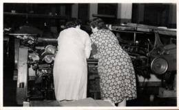 Photo Originale Ouvrières D'Usine En Pleine Discussion Au Dessus De La Machine Outil Et Chaîne De Fabrication Vers 1970 - Métiers