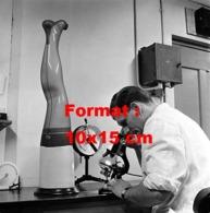 Reproduction D 'une Photographie Ancienne D'un Scientifique Regardant Un Bas De Nylon Au Microscope En 1955 - Riproduzioni