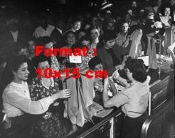 Reproduction D 'une Photographie Ancienne De Femmes Dans La Boutique Gimbel Pour Acheter Des Bas De Nylon En 1947 - Riproduzioni