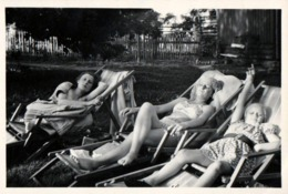 Photo Originale Pin-Up En Campagne & Sieste Et Farniente Sur Transat, Bikini & Croûtage Familial Vs 1940/50 - Pin-ups