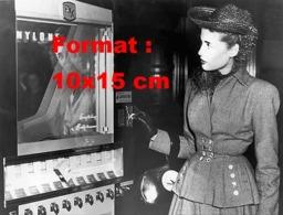 Reproduction D 'une Photographie Ancienne D'une Dame Mettant Une Pièce Dans Un Distributeur De Bas De Nylon En 1948 - Reproducciones