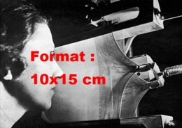 Reproduction D 'une Photographie Ancienne D'une Ouvrière Devant Une Machine Testant La Résistance Des Bas De Nylon 1940 - Reproducciones