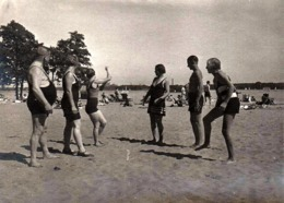 Photo Originale Sports & Loisirs - Gymnastique De Plage En Maillots De Bains Pour Pin-Up & Homme Bedonnant En 1933 - Sport