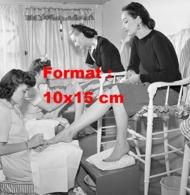 """Reproduction D 'une Photographie Ancienne De Dames Se Faisant Mettre Du Verniset """"bas De La Bouteille"""" En 1943 - Riproduzioni"""
