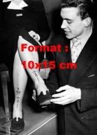 Reproduction D 'une Photographie Ancienne D'un Vendeur Présentant Un Bas De Nylon Avec Un Motif En 1951 - Riproduzioni