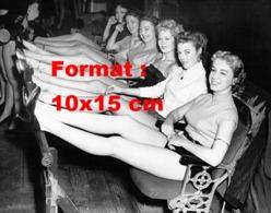 Reproduction D 'une Photographie Ancienne De Mannequins Pour Une Publicité De Bas De Nylon En 1953 - Reproducciones